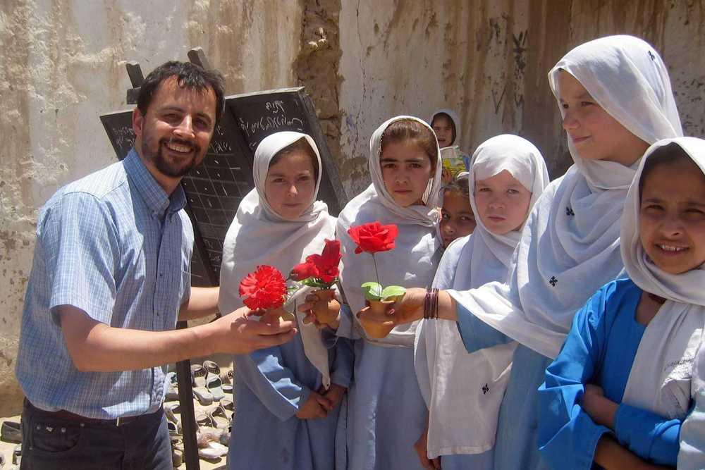 Pater Julio SDB mit Schülerinnen in Afghanistan